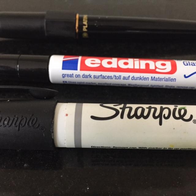 verschiedene schwarze Stifte