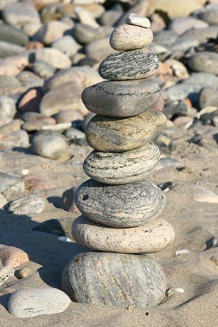 Gestapelte Steine am Strand