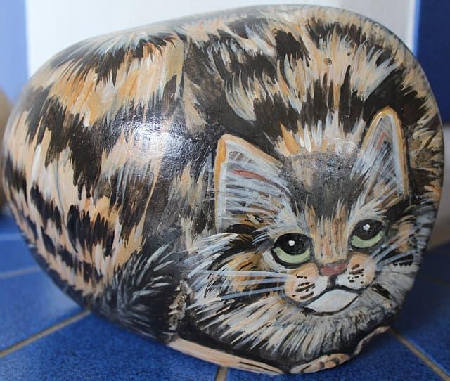 Katze auf Stein gemalt